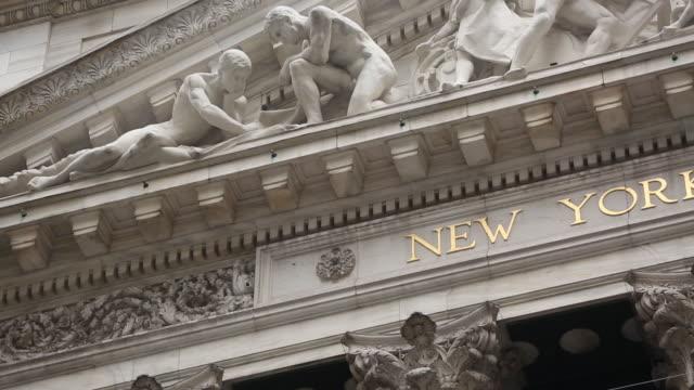 exterior views of the new york stock exchange and street scenes around wall street, new york city, ny, u.s. on friday, september 21, 2018. - ペディメント点の映像素材/bロール