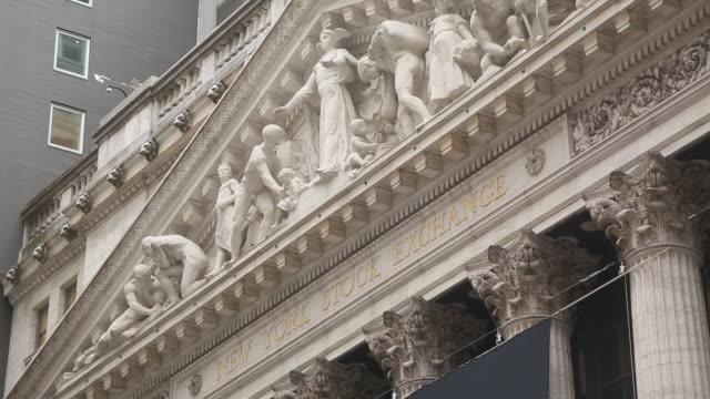 vídeos de stock e filmes b-roll de exterior views of the new york stock exchange and street scenes around wall street, new york city, ny, u.s. on friday, september 21, 2018. - frontão triangular