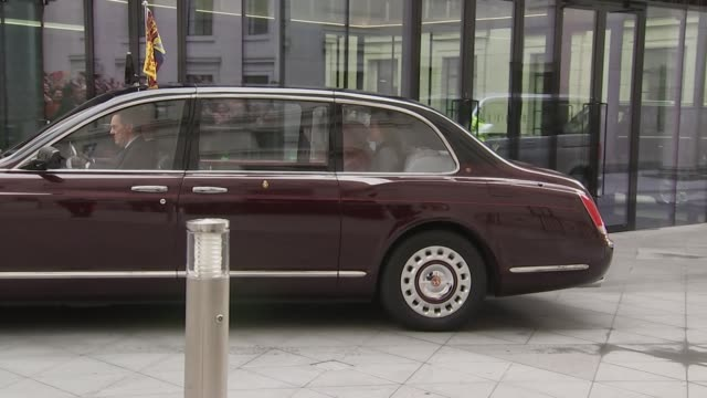 vídeos de stock e filmes b-roll de exterior views of the queen and the duchess of cambridge arriving at king's college by car and being met by officials including john major on 19... - king's college