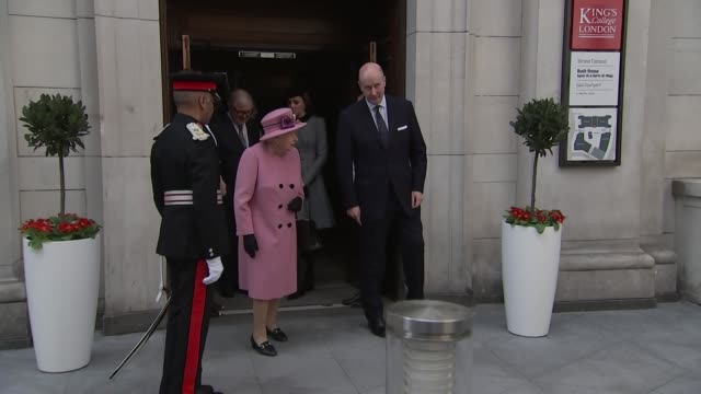 vídeos de stock e filmes b-roll de exterior views of the queen and the duchess of cambridge as they are handed flowers as they depart from at king's college 19 march 2019 in london... - king's college