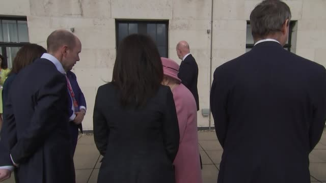 vídeos de stock e filmes b-roll de exterior views of the queen and the duchess of cambridge meeting and greeting and talking to officials and patrons and viewing the london skyline on... - king's college