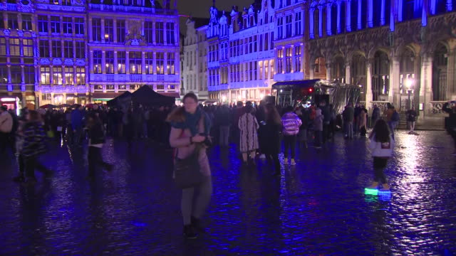 vidéos et rushes de exterior views of the the grand place, lit up in red, white and blue lighting in brussels, belgium on 30 january 2020. - grand lit