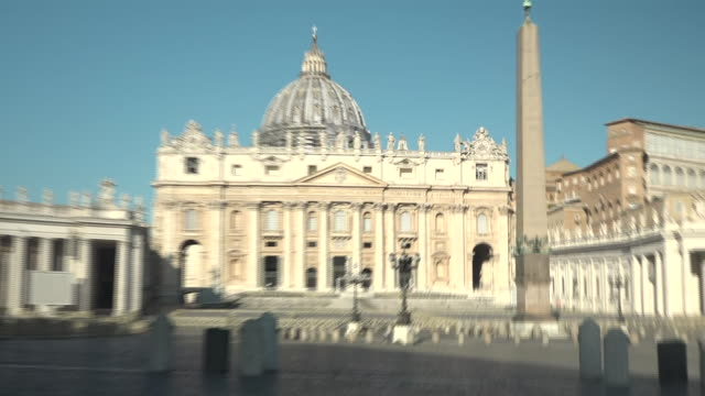 vídeos de stock e filmes b-roll de exterior views of the vatican and st.peter's square, showing the lack of people and police security, due to the covid-19 lockdown on 15 march 2020 in... - itália