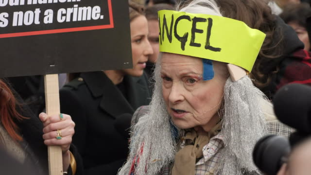 vídeos y material grabado en eventos de stock de exterior views of vivienne westwood speaking to the media as protesters and supporters of julian assange, gather outside australia house,, before a... - westwood