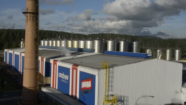 exterior wide shot of the ambev beer plant on july 17th in lages santa catarina's state brazil shots exterior wide shot of the factory - südbrasilien stock-videos und b-roll-filmmaterial