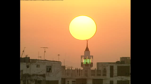 exterior wide shots jeddah old city at sunrise on december 02, 1990 in jeddah, saudi arabia. - jiddah点の映像素材/bロール