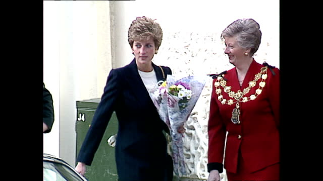 vídeos y material grabado en eventos de stock de exterior wide shots of princess diana princess of wales arriving at centrepoint charity on her last official engagement before withdrawing from... - 1993