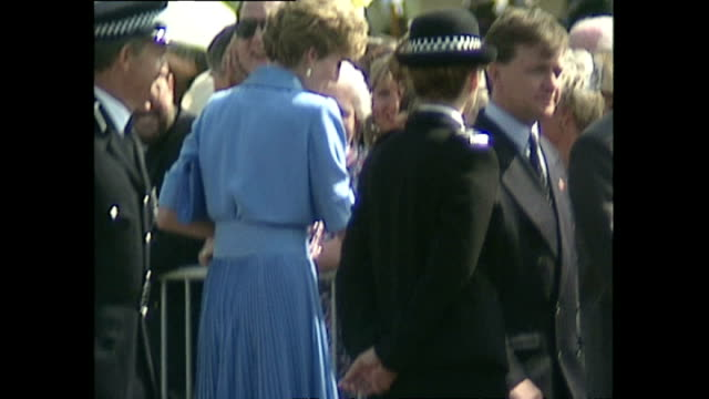 vídeos de stock, filmes e b-roll de exterior wide shots of princess diana princess of wales greeting people at the merseyside police training centre and shots of photographers taking... - princesa diana