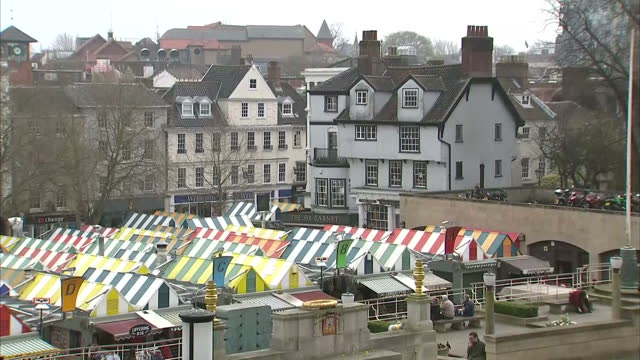 exterior wide shots of the market square with stalls set up, norwich guildhall building & norwich castle on march 27, 2017 in east anglia, england. - east anglia stock-videos und b-roll-filmmaterial