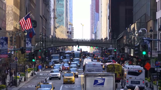 vídeos de stock, filmes e b-roll de exterior wide shots of wall street and close up of new york stock exchange gold writing on building entrance traffic and busy street scenes on april... - torre da liberdade nova iorque