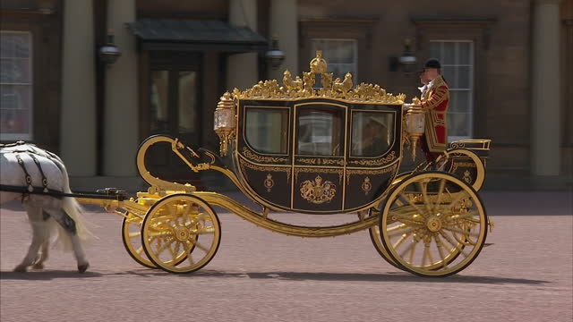 exterior wide shots queen elizabeth ii and prince philip duke of edinburgh in horse drawn carriage depart buckingham palace for state opening of... - the queen's speech state opening of uk parliament stock videos & royalty-free footage