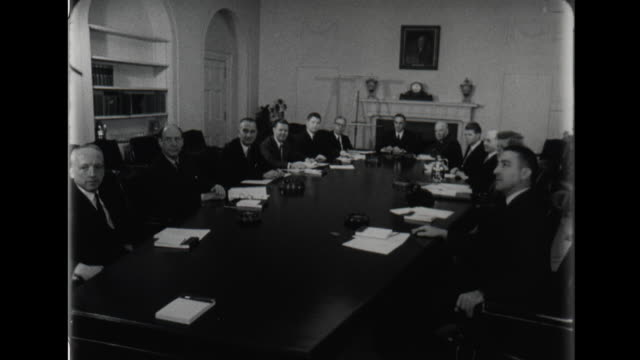 vidéos et rushes de exterior winter scene of the white house / lyndon johnson secretary of defense robert mcnamara secretary of agriculture orville freeman president... - adlai stevenson