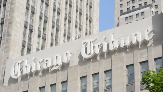 vídeos y material grabado en eventos de stock de exteriors and signage of the chicago tribune tower in downtown chicago illinois chicago tribune newspaper headquarters chicago street scenes chicago... - torre del chicago tribune