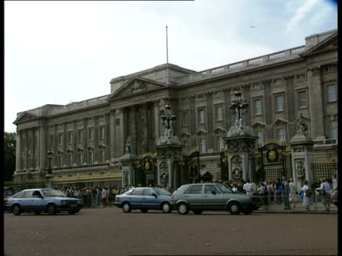 40 exteriors buckingham palace traffic past crowds london waiting outside gates 0410 night exteriors daily mirror building with lights on 'daily... - buckingham palace stock videos & royalty-free footage