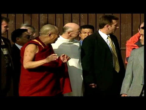 vidéos et rushes de exteriors dalai lama talking with var religious officials including catholic priest laurence freeman after crossing peace line. exteriors dalai lama... - var