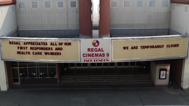 stockvideo's en b-roll-footage met exteriors of closed regal cinemas movie theater in oakland. more than 7,000 movie screens will be dark in the u.s. this weekend as the regal theater... - informatiebord