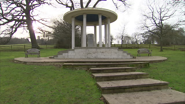 vídeos de stock e filmes b-roll de exteriors of magna carta hill monument on february 02, 2015 in runnymeade, england. - magna carta documento histórico