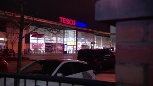 vídeos de stock e filmes b-roll de exteriors of tesco extra supermarket in manchester - cadeia de lojas