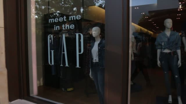 vídeos de stock, filmes e b-roll de exteriors of the gap store at the grove los angeles - the grove los angeles