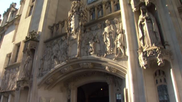 exteriors of the uk supreme court - corte suprema palazzo di giustizia video stock e b–roll