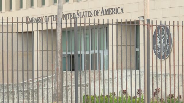 vídeos de stock e filmes b-roll de exteriors of the us embassy now reopened in havana cuba a few days ahead of the visit of us president barack obama - embaixada dos eua