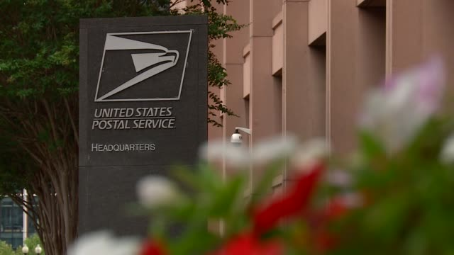 exteriors of the us postal service hq, flags, mailbox, signs - postamt stock-videos und b-roll-filmmaterial