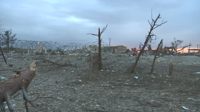 vidéos et rushes de exteriors shots of rubble wasteland and destroyed buildings in a town formerly occupied by isis forces now retaken by the kurdish ypg on december 18... - ruiné