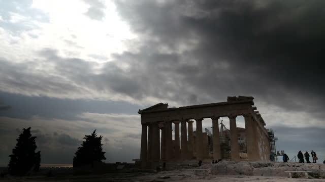 vídeos de stock, filmes e b-roll de exteriors showing parthenon temple ruin including wide shot of athens surrounding parthenon on february 17 2015 in athens greece - partenão acrópole