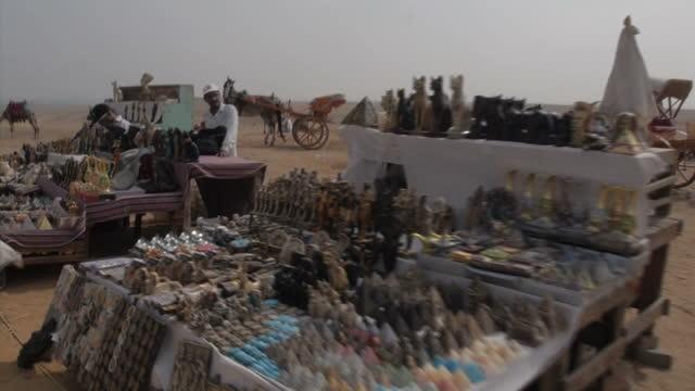 vidéos et rushes de exteriors showing row of souvenir stalls near to pyramids on november 11, 2014 in giza, egypt. - souvenirs