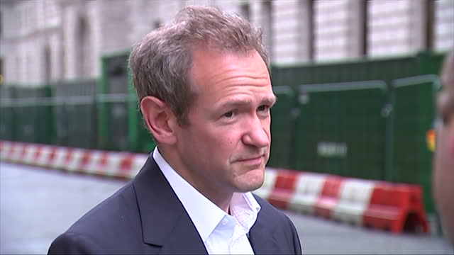 vidéos et rushes de exteriors showing television presenter alexander armstrong speaking with the press - emma freud