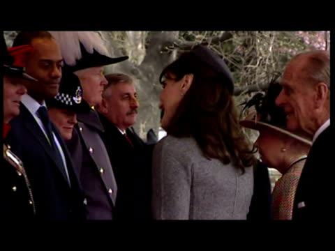 vidéos et rushes de exteriors the president of the french republic nicolas sarkozy carla bruni arrive are formally greeted by queen elizabeth ii prince philip the duke... - elisabeth ii