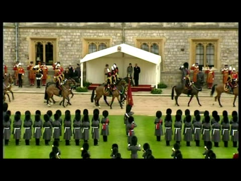 exteriors the president of the french republic nicolas sarkozy carla bruni stand with queen elizabeth ii prince philip the duke of edinburgh for... - ehre stock-videos und b-roll-filmmaterial