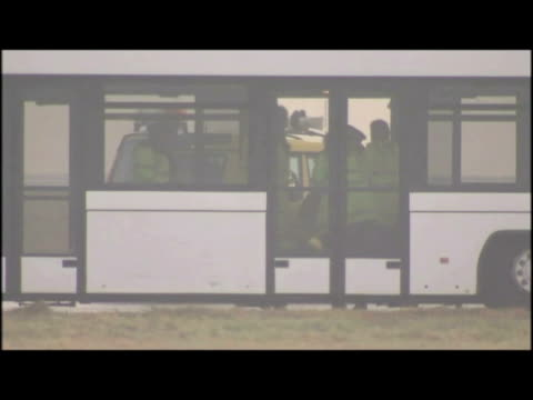 vidéos et rushes de exteriors var of police arresting climate protesters on airport runway. - var