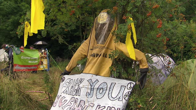 external shots of anti-fracking protest camp outside shale gas exploratory drilling site near the village of balcombe, with police officers walking... - protesta anti fracking video stock e b–roll