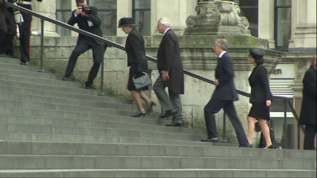 external shots of john major norma major tony blair and cherie blair arriving at st paul's cathedral for the funeral of baroness thatcher funeral of... - ノーマ メジャー点の映像素材/bロール