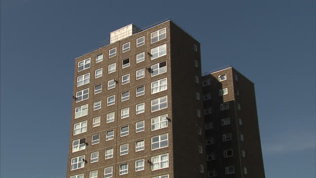 vídeos de stock e filmes b-roll de external shots of ledbury estate towers buildings and sign after evacuation of residents. inspectors have found cracks in the walls which have left... - peckham