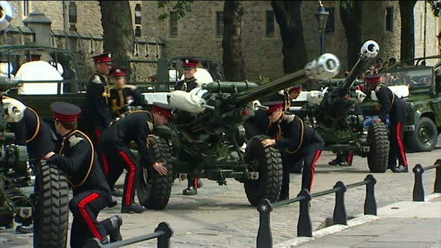stockvideo's en b-roll-footage met external shots of soldiers from the honourable artillery company arriving at the tower of london and setting up artillery guns in preparation for a... - salueren