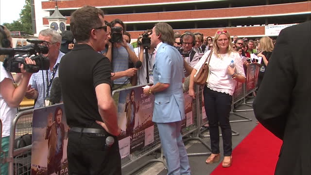 vidéos et rushes de external shots of steve coogan speaking to reporters in character as alan partridge at the premiere of 'alan partridge alpha papa' in norwich 'alan... - steve coogan