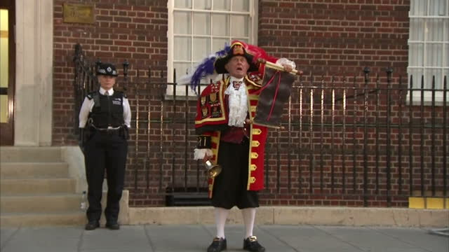 external shots of tony appleton a town crier ringing his bell and announcing the birth of the duke and duchess of cambridge's son at st mary's... - appleton video stock e b–roll