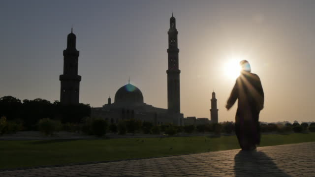 external views of the sultan taboos grand mosque at sunset, muscat, oman, middle east, asia - islam stock-videos und b-roll-filmmaterial