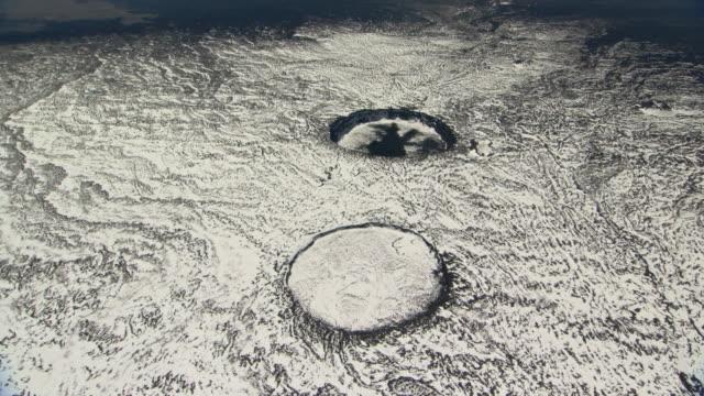 vídeos y material grabado en eventos de stock de extinct craters on volcano, hawaii - volcán extinguido