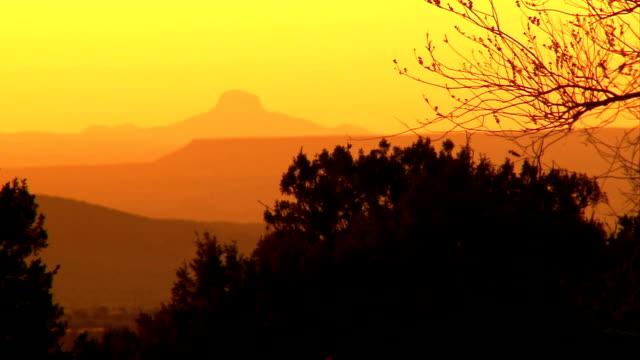 vídeos y material grabado en eventos de stock de volcán extinguido atardecer - volcán extinguido