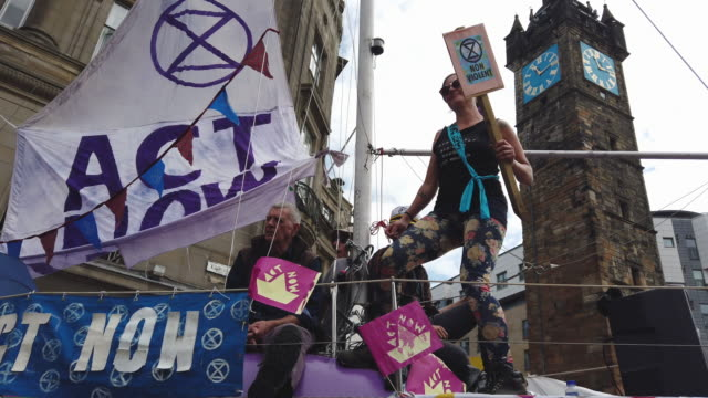 extinction rebellion activists block roads near the tron clock tower on july 15, 2019 in glasgow,scotland. climate activists are blocking a major... - major road bildbanksvideor och videomaterial från bakom kulisserna