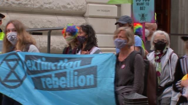 vidéos et rushes de extinction rebellion protest in london; england: london: westminster: ext extinction rebellion protester standing underneath winston churchill statue... - s'adapter