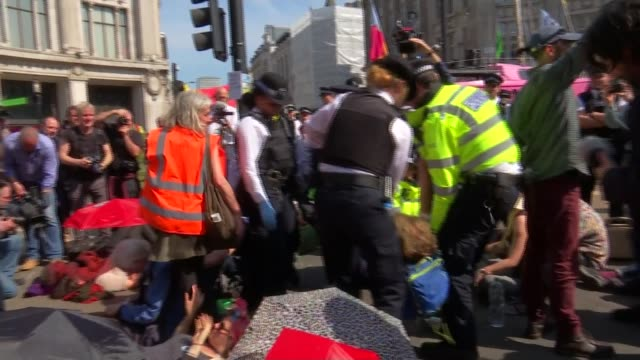 extinction rebellion protest: police officers moving in to try and clear main protest sites; uk, london; police officers carrying equipment,... - エマ・トンプソン点の映像素材/bロール