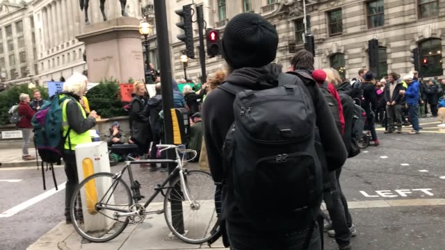 vidéos et rushes de extinction rebellion protesters blocked a junction outside the bank of england as the environmental protests entered their second week the activists... - rébellion