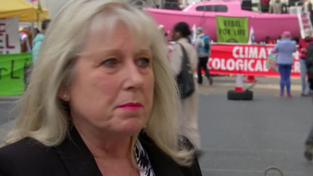 vidéos et rushes de extinction rebellion protests: home secretary calls on police to use 'full force of the law' as london protests enter fourth day; england: london:... - police force
