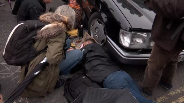 vidéos et rushes de extinction rebellion protests in trafalgar square england london trafalgar square ext police officer next to extinction rebellion protesters' hearse... - mac