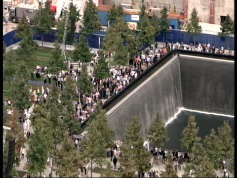 vidéos et rushes de extra-long beauty shot of a crowd gathered at the 9/11 memorial on 9/11/11, the tenth anniversary of the attack on the world trade center. a memorial... - mémorial