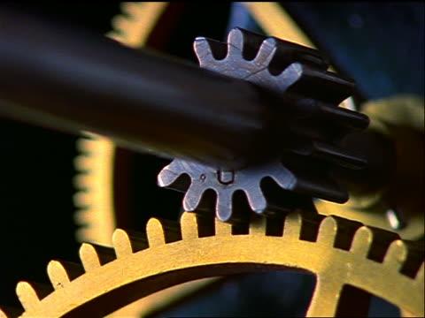 extreme close up clock gears moving - einige gegenstände mittelgroße ansammlung stock-videos und b-roll-filmmaterial